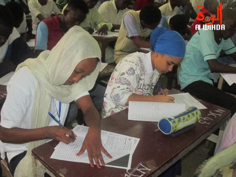 Des lycéens composent un examen dans une salle de classe au Tchad. © Alwihda Info