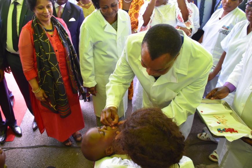 Denis Sassou N'Guesso administrant le vaccin à un enfant.