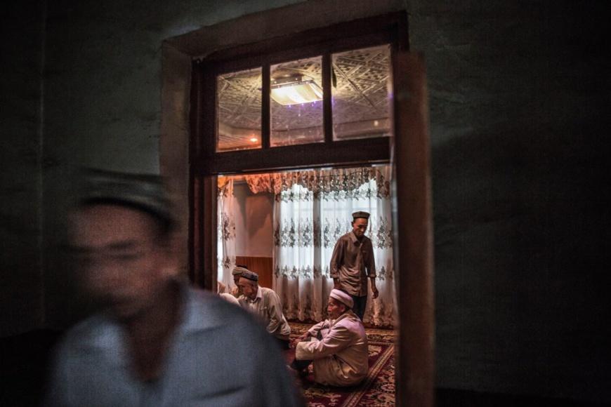 Le Parti communiste chinois impose des restrictions aux Ouïgours sur leurs pratiques religieuses et culturelles, comme la célébration de leurs fêtes et les restrictions alimentaires religieuses. (© Kevin Frayer/Getty Images)