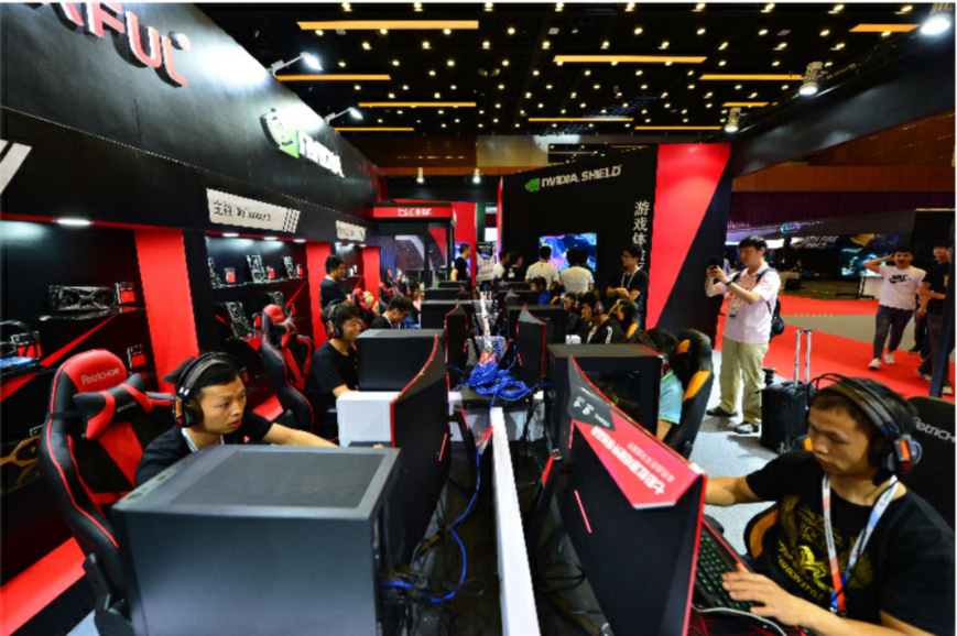 Visitors experience e-sports products at China Cyber Games Summit, May 31, 2018. (Photo by Fan Jiashan from People's Daily Online)
