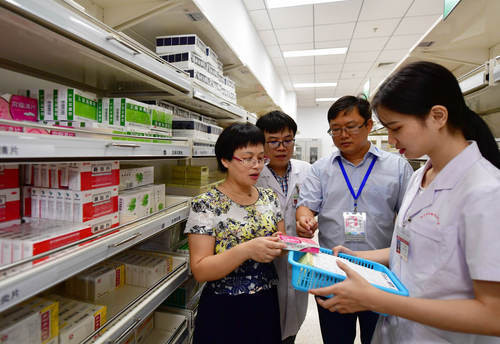 Regulators check the use of drugs included in medical insurance system at a storehouse of an affiliated hospital to Fujian Medical University in southeast China's Fujian province, August 2, 2018. (Photo by People's Daily)