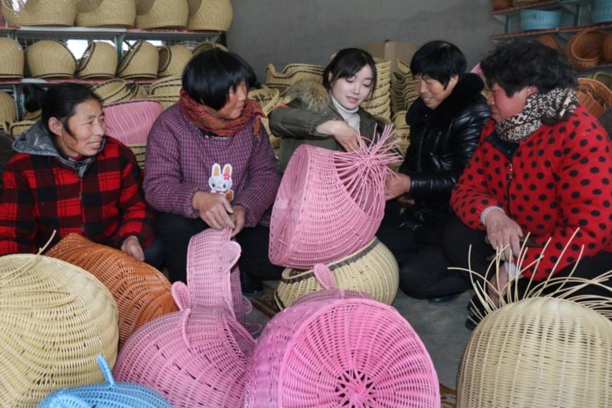 Left-behind females at Longju Town, Guanyun County, Lianyungang, eastern China's Jiangsu province, learn to knit baskets. (Photo by CFP)