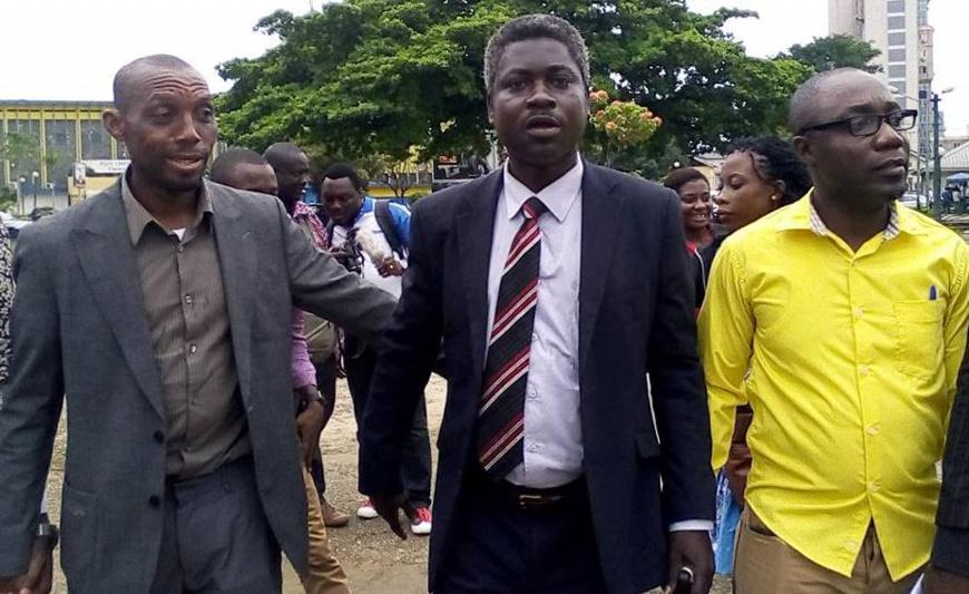 L'homme politique (au milieu) « veut mourir pour Douala II ».