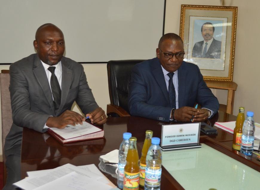Fongod Edwin Navuga , Dg des Douanes (à droite) et  Eric Kaba Tah de LAGA (à gauche) :  s'attaquer au commerce d'espèces sauvages.