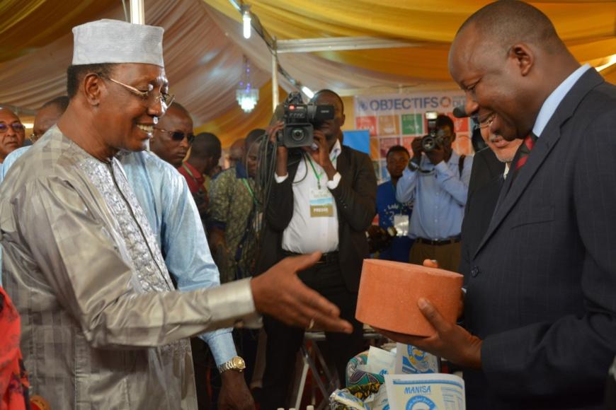 Le Président du Tchad, Idriss Déby, au stand des agences alimentaires de l'ONU (Crédit : WFP/Maria Gallar).