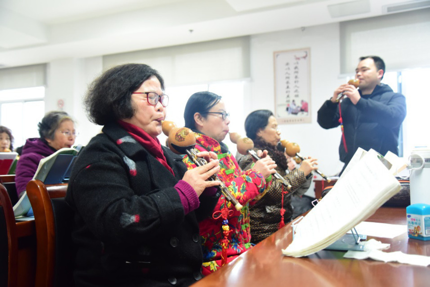 On March 5, 2019, students in the University for Elderly in Jiande, Zhejiang learnt musical instrument and had fun in their classes. © Photo Ning Wenwu/ People's Daily Online