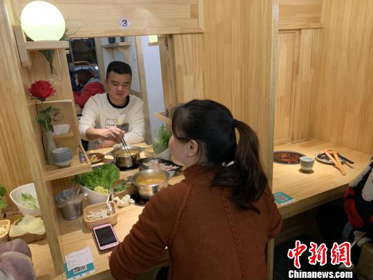 If both customers want to get to know each other better, they can eat together. (Photo/Chinanews.com)