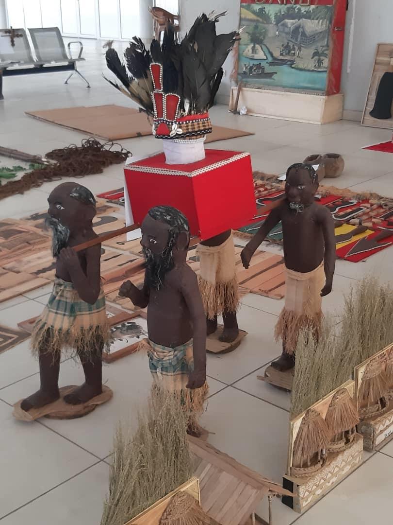 L'exposition des objets d'art Mbôsi.