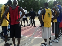 Le Ministre Djibert Younous avec les Sao Basketball. Journaldutchad.org
