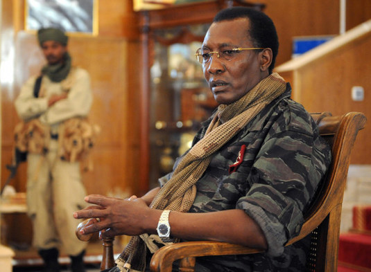 Le Président Idriss Déby Itno, assis en tenue militaire. / Photo Agence