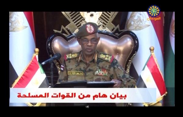 Le général soudanais Awad Mohamed Ahmed Ibn Awf lors de l'annonce à la télévision ce jeudi.