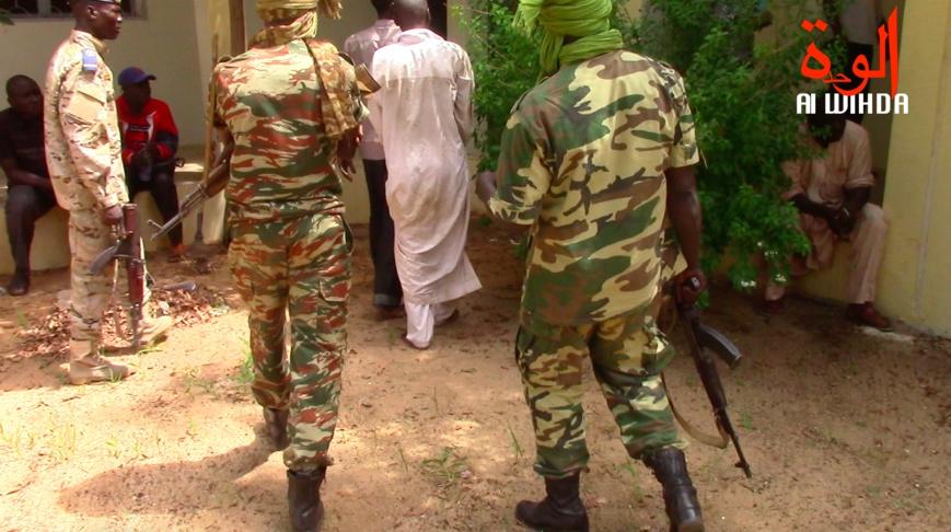 Des militaires escortent un détenu au Tchad. ©Alwihda Info