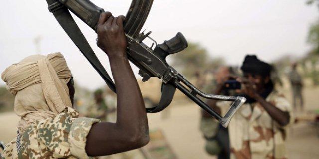 Un militaire tchadien brandit une arme. ©DR