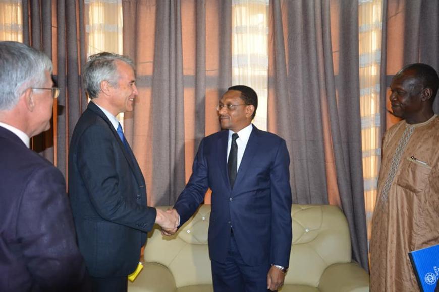 Le chef de la diplomatie tchadienne, Cherif Mahamat Zone reçoit ce mardi 16 avril, le diplomate français Alexis Lamek. © DR/TD