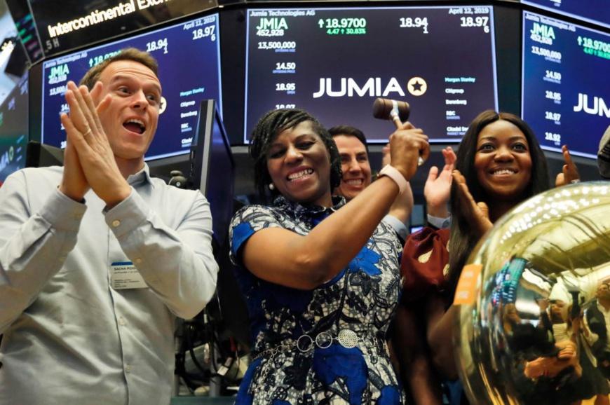 Sacha Poignonnec, co-PDG de Jumia (à gauche), applaudit pendant que la PDG de Jumia Nigeria (au centre) sonne la cloche d'ouverture du New York Stock Exchange, le marché boursier de New York, le 12 avril. (© Richard Drew/AP Images)