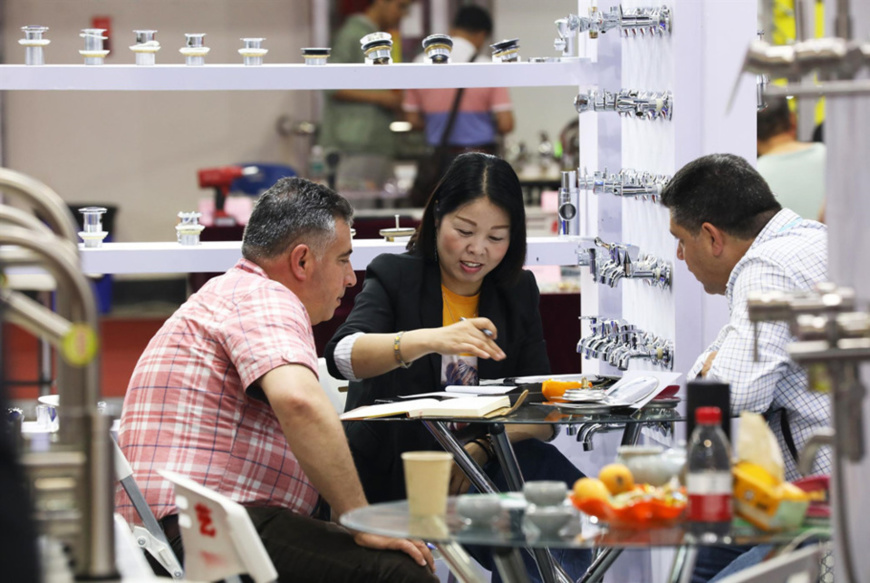 On April 21, foreign merchants purchase daily hardware products at Yiwu International Expo Center.(Photo from People's Daily Online)