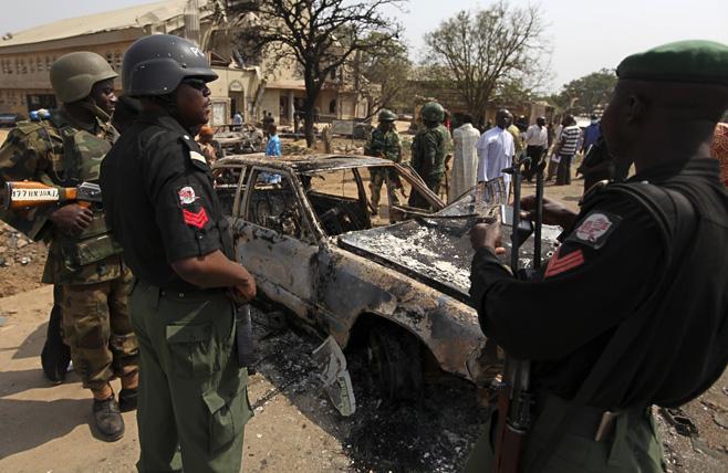 Des policiers au Nigeria sur les lieux d'un attentat. © DR