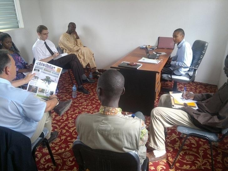 L'Ambassade de France et l'équipe d'Alwihda autour de Sadam Ahmat, Chef de Service Commercial et Communication.