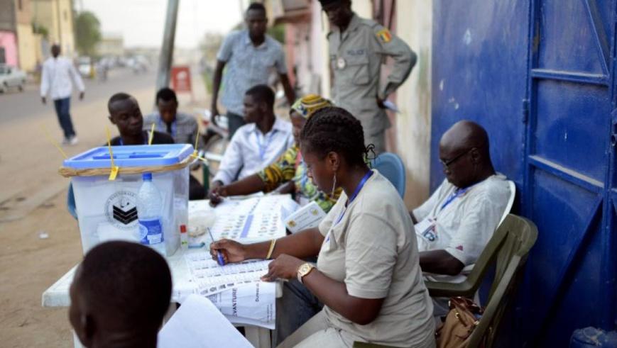 Des membres d'un bureau de vote examinent les listes dans une rue de Ndjamena, le 10 avril 2016. © ISSOUF SANOGO / AFP