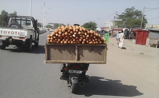 Un livreur de pain à N'Djamena. © DR