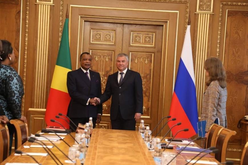 Poignée de main Denis Sassou N'Guesso et Viatcheslav Volodine.