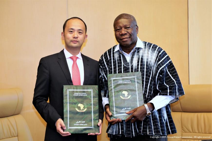 M. Philippe Wang, vice-président de Huawei pour la région Afrique du Nord (à gauche) et M. Thomas Kwesi Quartey, vice-président de la Commission de l'Union africaine (à droite) lors de la signature du protocole d'accord à Addis-Abeba  © Commission de l'Union africaine