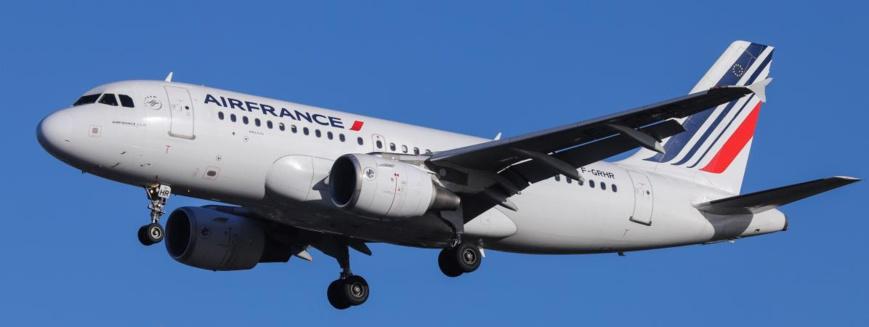 Un avion de la compagnie Air France, le 5 février 2019, avant son atterrissage à Londres.  (NICOLAS ECONOMOU / AFP)