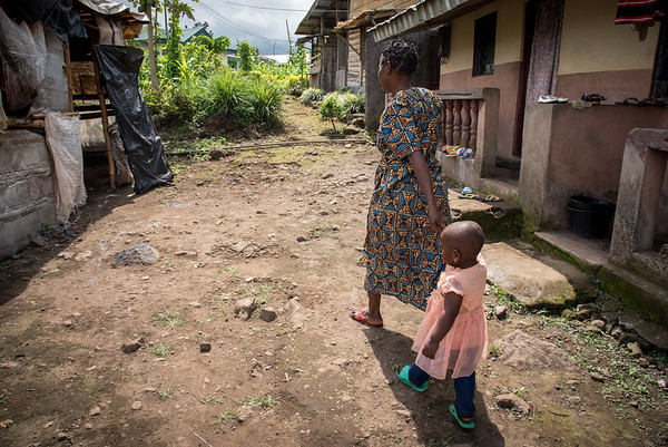Minette (38) and her little daughter Fevour (2) have fled from Manyu and sought safety in Buea after their home was burned down. © Photo: NRC/Tiril Skarstein