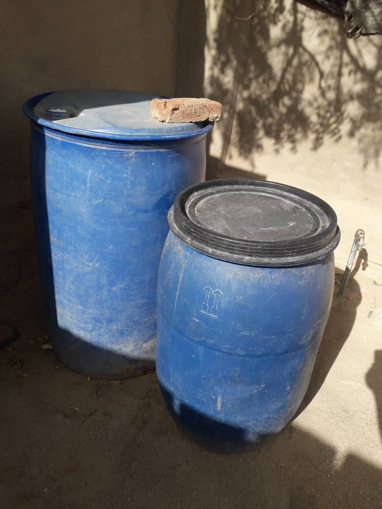 Des fûts d'eau à Abéché, Tchad. © Alwihda Info