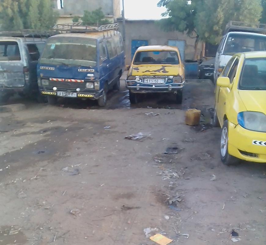 Des taxis et minibus stationnés à N'Djamena. © Alwihda Info