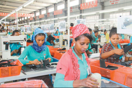 Staff members of Chinese shoe manufacturer Huajian Group work on the production line in the Eastern Industrial Zone located in Addis Ababa, capital of Ethiopia. (People's Daily/Ji Peijuan)