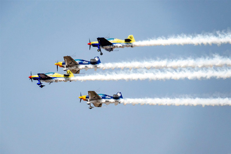 On June 3, 2019, Anyang, Henan Province, at the opening ceremony of the 11th Anyang Aviation Sports Culture and Tourism Festival, the aircraft competed with the automobile and motorcycle racing. (Photo by Wang Zirui from People's Daily Online)