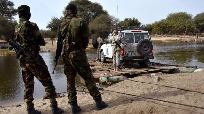 Des soldats en faction sur les rives tchadiennes du lac Tchad. © DR