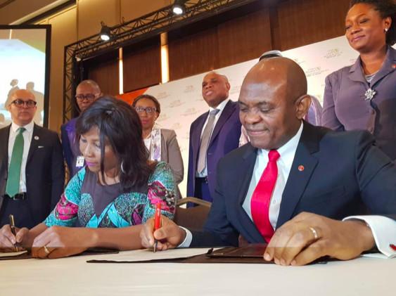 De gauche à droite: Ahunna Eziakonwa, Directrice régionale du PNUD pour l'Afrique; Tony Elumelu, Promoteur de la Fondation Tony Elumelu; lors de la signature du Partenariat TEF-PNUD pour le programme d'entrepreneuriat des jeunes de la région du Sahel au sommet de l'UA à Niamey-Niger.
