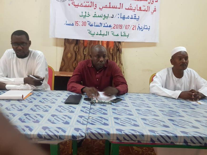 Le conférencier, Dr. Youssouf Khalil Ahmat (au milieu) le 21 juillet 2019 à Abéché. Tchad. © Alwihda Info