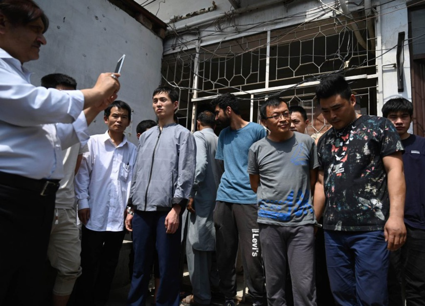 Les membres d'un gang de trafiquants accusés d'avoir usé de subterfuges pour pousser des femmes au mariage et à l'esclavage en Chine. Photo prise à Islamabad au Pakistan, le 9 mai 2019 (© B.K. Bangash/AP Images)