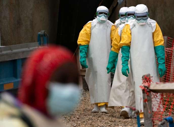 Du personnel médical d'un centre de traitement d'Ebola, à Béni (RDC), le 16 juillet. JEROME DELAY / AP