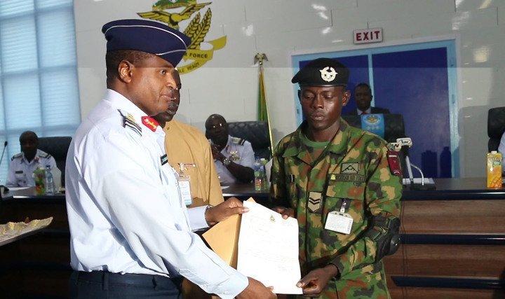 Nigeria : un soldat décoré après avoir trouvé et rendu un sac contenant 24 millions. © Olubiyo Samuel/Legit.ng