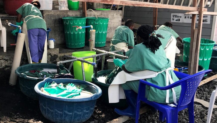 Ebola: dans un centre de soins de Goma, dans l'Est de la RDC, le personnel lave tenues professionnelles et matériel, le 17 juillet 2019. © REUTERS/Djaffer Sabiti