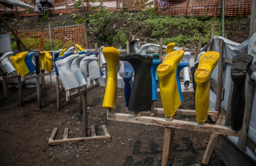 Des bottes de protection dans un centre de traitement d'Ebola dans l'est de la République démocratique du Congo (© Sally Hayden/SOPA Images/LightRocket/ Getty Images)