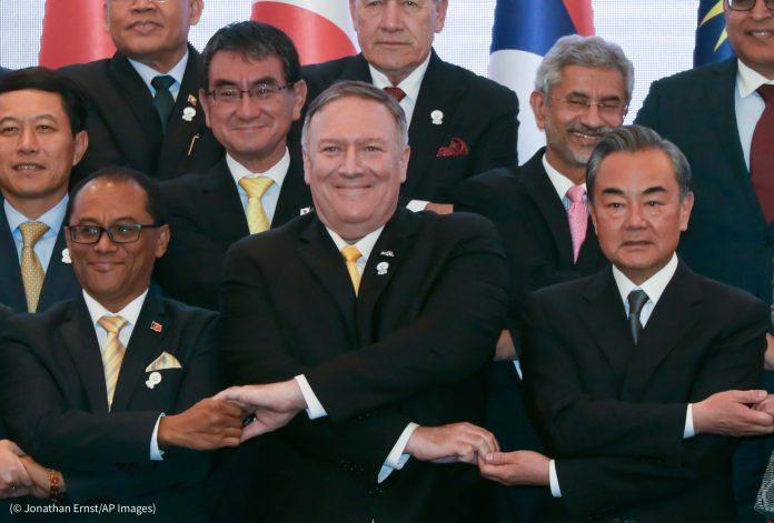Le secrétaire d'État Mike Pompeo, au centre, se croise les bras pour serrer la main de ses homologues, comme le veut la tradition de l'Asean, lors du forum de l'Asean de 2019. (© Jonathan Ernst/AP Images)