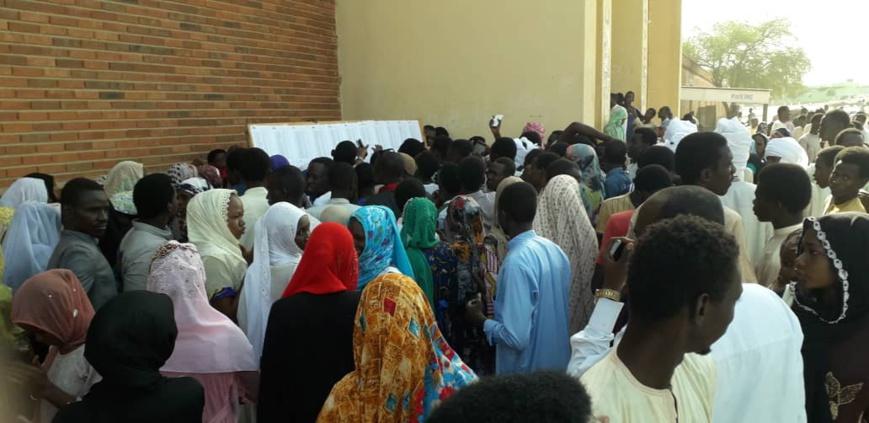 Des candidats au baccalauréat consultent des listes de l'ONECS au Tchad. © Alwihda Info