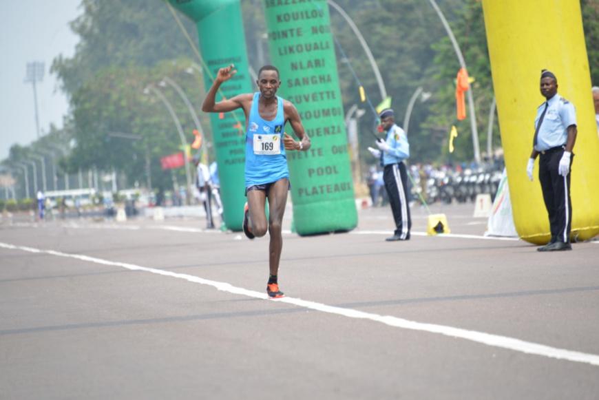 Le rwandais Félicien Mohiri Tiria à l'arrivée.
