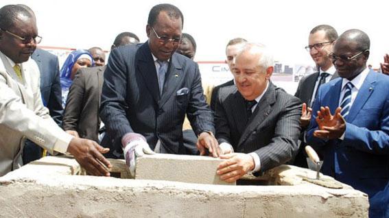 Pose de la première pierre de construction de logements sociaux par le président Idriss Déby en 2014. ©PR