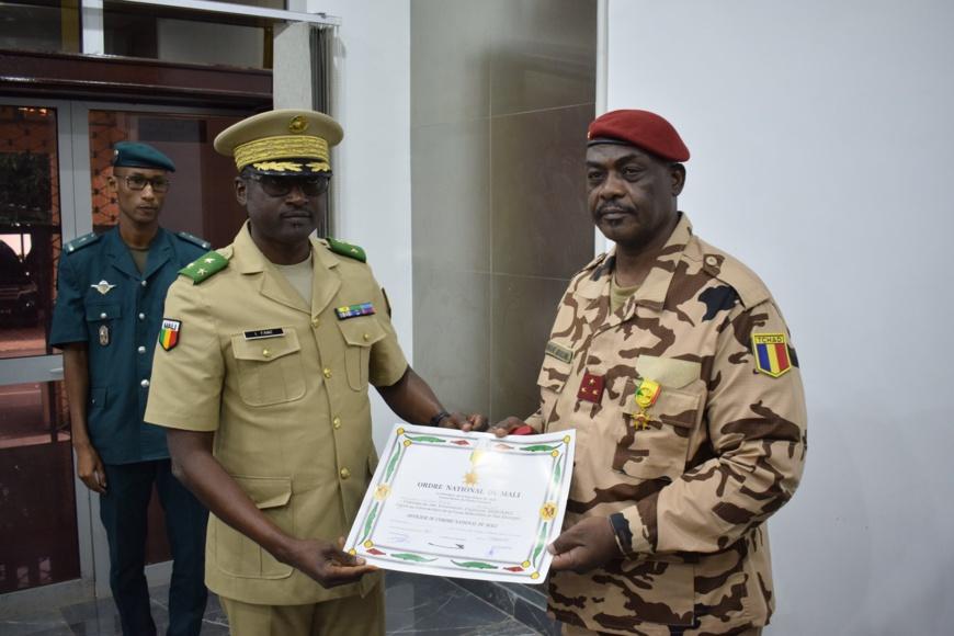 Le général tchadien Oumar Bikimo élevé au rang d'Officier de l'ordre national du Mali. © Force conjointe G5 Sahel