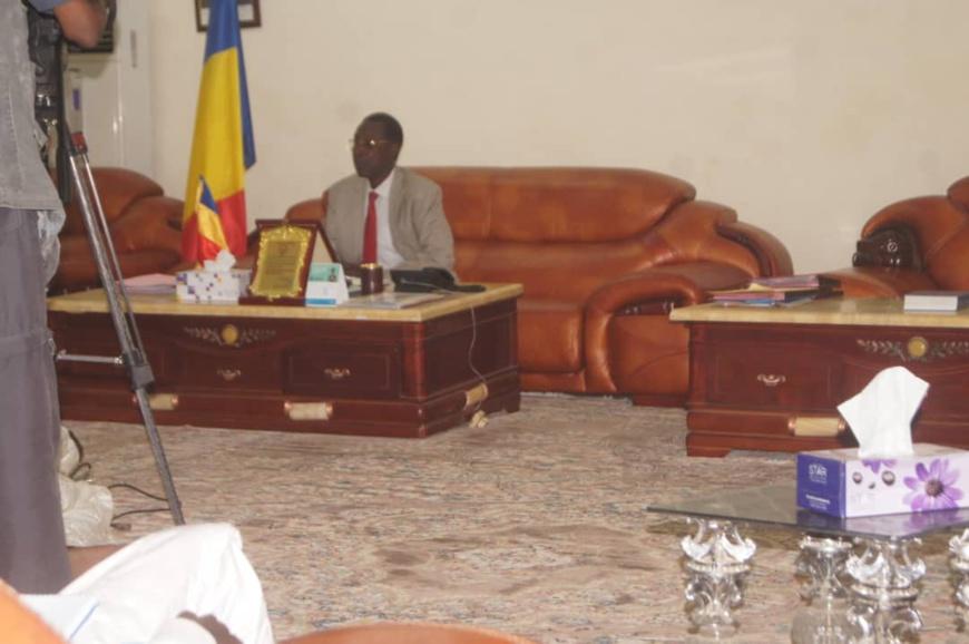 Tchad - état d'urgence : le gouverneur du Ouaddaï donne des orientations à la presse. © Alwihda Info