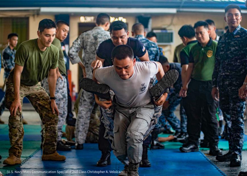 Des militaires américains, thaïlandais et indonésiens lors du SEACART au quartier général de la garde côtière philippine à Manille (U.S. Navy/Mass Communication Specialist 2nd Class Christopher A. Veloicaza)