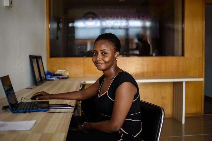 Analyste commercial pour Docta Ghana, une application développée par un groupe de jeunes gens en 2015. L'application met les patients en contact avec les médecins et facilite les consultations et la délivrance d'ordonnances. © DR