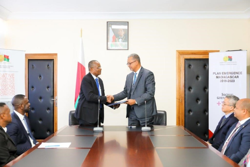 (De droite à gauche): M. Ini Urua, vice-président principal des relations avec les pays, Africa Finance Corporation;  Richard Randriamandrato,  ministre malgache de l'économie et des Finances. © DR