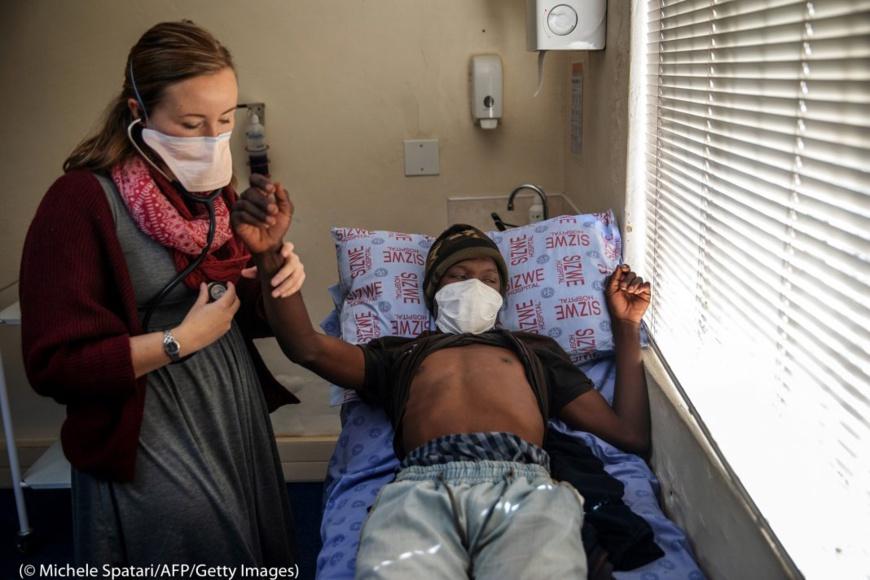 Un médecin examine un patient atteint de la tuberculose à l'hôpital Sizwe des maladies tropicales, à Johannesburg, le 5 août. (© Michele Spatari/AFP/Getty Images)
